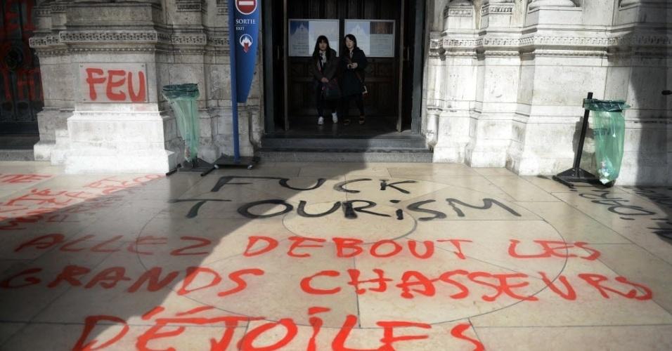 19.mar.2014 - Basílica de Sacre-Coeur, em Montmartre, Paris, França, amanhece  pichada nesta quarta-feira (19)