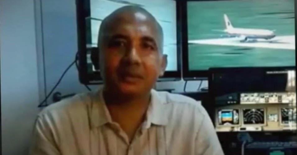 19.mar.2014 - Em imagem tirada de vídeo no site YouTube, o piloto Zaharie Ahmad Shah, que comandava o voo MH370 da Malaysia Airlines, explica um sistema de ar condicionado em frente a um simulador de voo encontrado em sua casa. A Malásia revelou nesta quarta-feira (19) que alguns dados do simulador, construído pelo próprio piloto, foram apagados no início de fevereiro