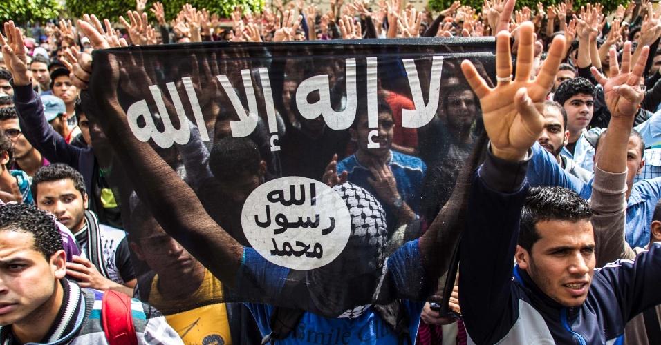 19.mar.2014 - Estudantes da Universidade do Cairo, apoiadores do presidente deposto Mohammed Mursi, fazem protesto dentro do campus no Cairo, nesta quarta-feira (19). Múltiplos confrontos ocorreram nesta quarta entre apoiadores do presidente deposto Mohammed Mursi e policiais por todo o país, um deles resultou na morte de um adolescente, na província de Beni Sweif