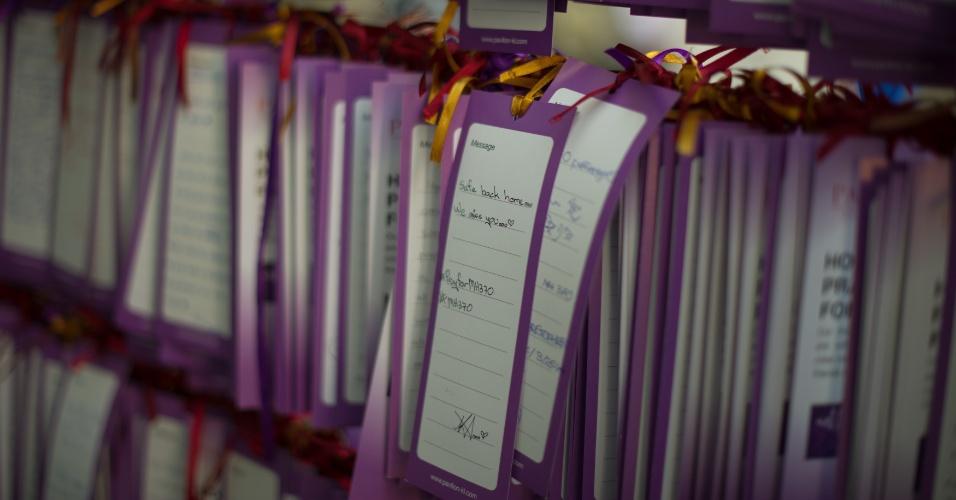 19.mar.2014 - Mensagens expressando orações e esperança para as 239 pessoas que desapareceram a bordo do voo MH370 da Malaysia Airlines são exibidos em um shopping em Kuala Lumpur, na Malásia,