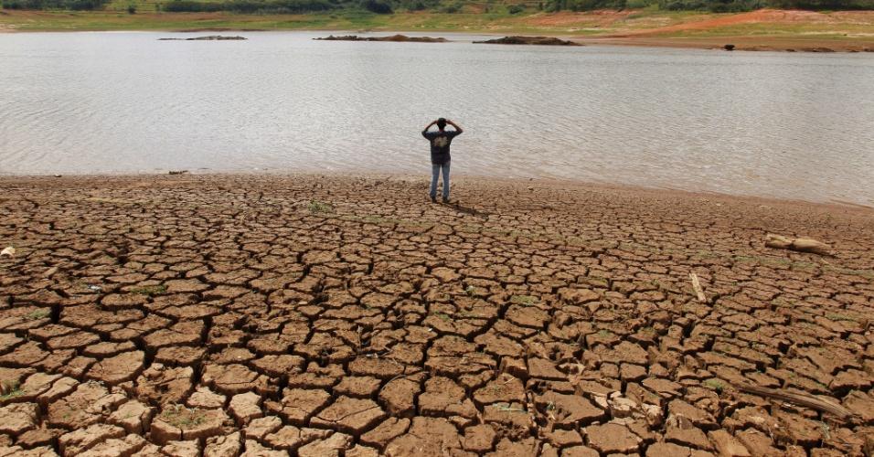 19.mar.2014 - O reservatório da Barragem de Jaguari em Joanópolis, que abastece o sistema Cantareira, está quase vazio