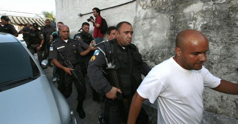 19.mar.2014 - Os três policiais militares que arrastaram a auxiliar de serviços gerais, Cláudia Ferreira Silva, no Morro da Congonha, no subúrbio do Rio, no domingo (16), prestam novo depoimento no 29º DP, em Madureira, na zona norte nesta quarta-feira (19). Cláudia foi arrastada por um carro da Polícia Militar após ser baleada durante tiroteio entre a polícia e criminosos na comunidade no domingo (16)