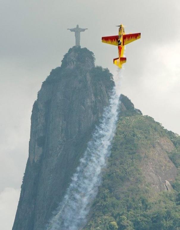 19.mar.2014 - Parece que o piloto do avião se espelhou no Cristo Redentor