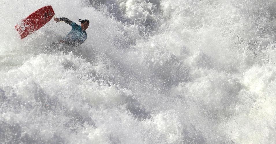 19.mar.2014 - Bodyboarder cai da prancha durante competição em Nazaré (Portugal), nesta quarta-feira (19). A cidade portuguesa é famosa por suas ondas gigantes, como a que quase matou a surfista brasileira Maya Gabeira em 2013