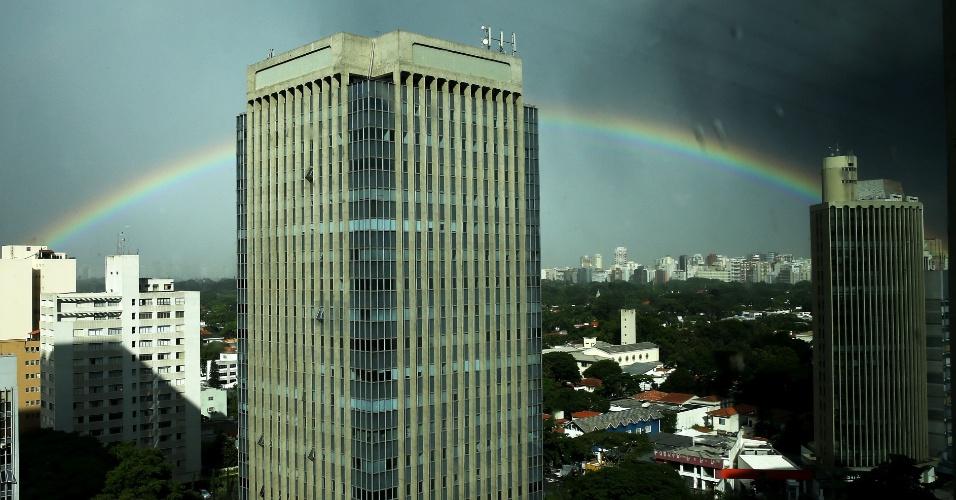 20.mar.2014 - Após chuva, céu exibe um arco-íris na avenida Brigadeiro Faria Lima, em Pinheiros, São Paulo