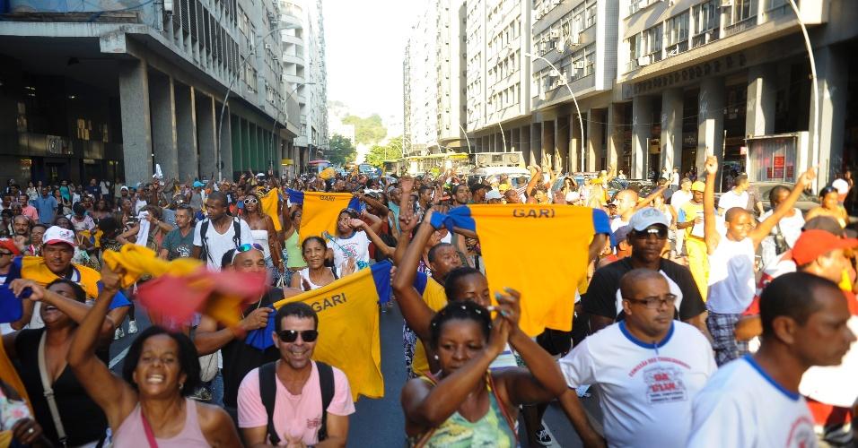 20.mar.2014 - Após manifestação, os garis de Niterói entraram em greve. Como forma de protesto, sacos de lixo foram espalhados na avenida Ernani Amaral Peixoto, no Centro