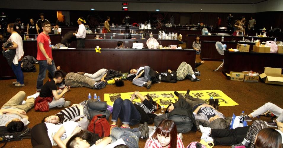 20.mar.2014 - Estudantes ocupam o Parlamento do Taiwan, em Taipé, na madrugada desta quinta-feira (20). O confronto entre os ocupantes, que invadiram o prédio na quarta-feira depois de escalar as paredes e entrar por uma janela, e policiais deixou 38 feridos e quatro detidos. Eles se opõem à entrada em vigor de um acordo comercial entre Taiwan e China selado em junho de 2013