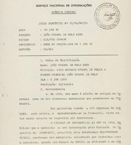 """20.mar.2014 - O poeta pernambucano João Cabral de Melo Neto, autor do clássico """"Morte e Vida Severina"""" era diplomata em 1964. Seu nome chegou a figurar entre os 11 diplomatas que deveriam ser cassados pelo regime por ligações com a esquerda, mas ele foi poupado. Em 1976, o diplomata estava prestes a ser promovido, mas a sua demissão do Itamaraty por """"questões de segurança"""" e o seu retorno por """"vias judiciais"""" intrigaram o governo. A ficha de João Cabral no SNI (Serviço Nacional de Informações) foi parar na mesa do presidente Ernesto Geisel para avaliação. No documento, o órgão não o caracterizava como militante, mas afirmava que seus trabalhos literários levavam a classifica-lo como """"elemento simpatizante, ou no mínimo, de tendência esquerdista"""".  Ele faz parte do acervo """"Arquivos da Ditadura"""", que concentra esse e outros documentos do período da ditadura militar reunidos pelo jornalista Elio Gaspari"""