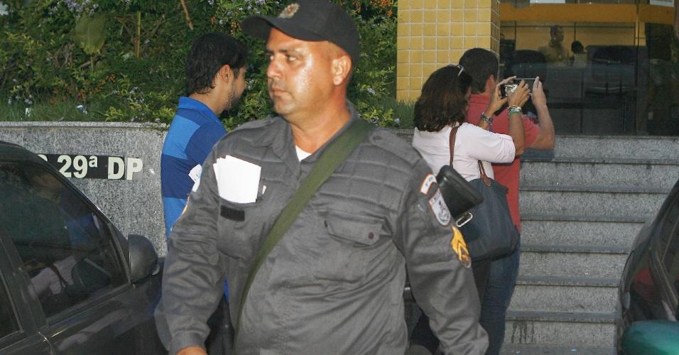 20.mar.2014 - O sargento da Polícia Militar, Ricardo Machado Morgado, presta depoimento na 29ª DP, em Madureira, no Rio de Janeiro, na condição de testemunha do caso da auxiliar de serviços gerais Claudia Silva Ferreira
