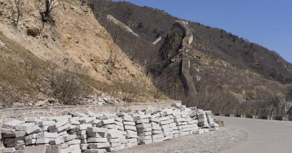 20.mar.2014 - Pedras empilhadas ao lado da Grande Muralha da China serão usadas na reforma do monumento em Huanghuacheng, ao norte de Pequim, em uma tentativa de atrair mais turistas para a região