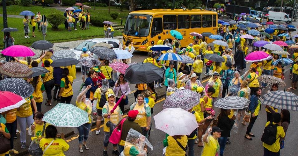 20.mar.2014 - Professores da rede municipal de ensino de Curitiba chegam à prefeitura para negociação junto ao Prefeito, Gustavo Fruet (PDT)