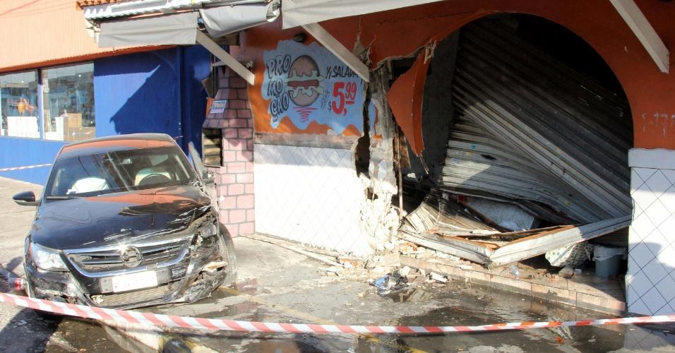 20.mar.2014 - Um carro desgovernado invadiu uma lanchonete na madrugada desta quinta-feira (20), no bairro de Santana, na zona norte de São Paulo. O motorista teve ferimentos leves e foi encaminhado para um hospital da região. Ainda não se sabem as causas do acidente