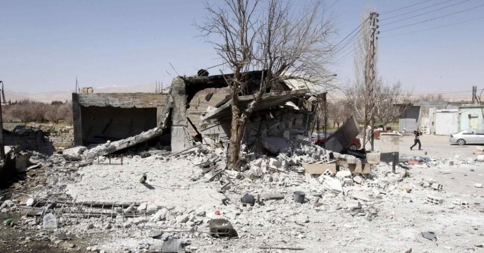 20.mar.2014 - Um edifício danificado é fotografado na aldeia de Ras al-Ain Yabroud, perto de Damasco, na Síria, nesta quinta-feira (20), depois que os soldados leais ao presidente da Síria, Bashar al-Assad, tomaram o controle do local onde ficavam combatentes rebeldes