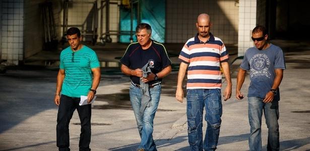Paulo Roberto da Costa (de preto), quando foi preso pela PF na quinta-feira (20)