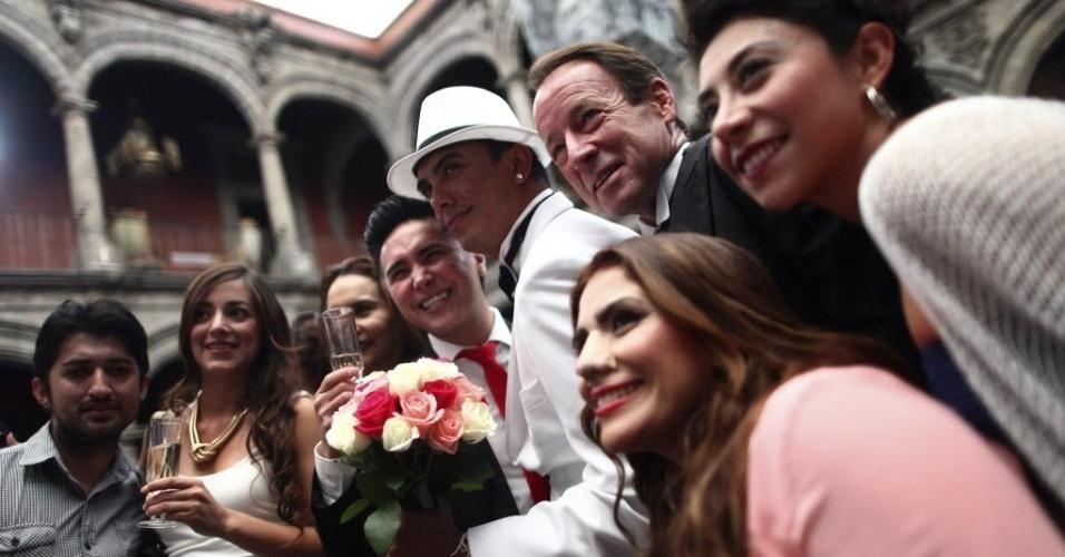 21.mar.2014 - Casais gay posam para uma foto durante um casamento coletivo na Cidade do México. De acordo com os organizadores, 58 casais do mesmo sexo se casaram na sexta-feira para comemorar o 4º aniversário da legalização do casamento gay na Cidade do México, a primeira jurisdição da América Latina a fazê-lo