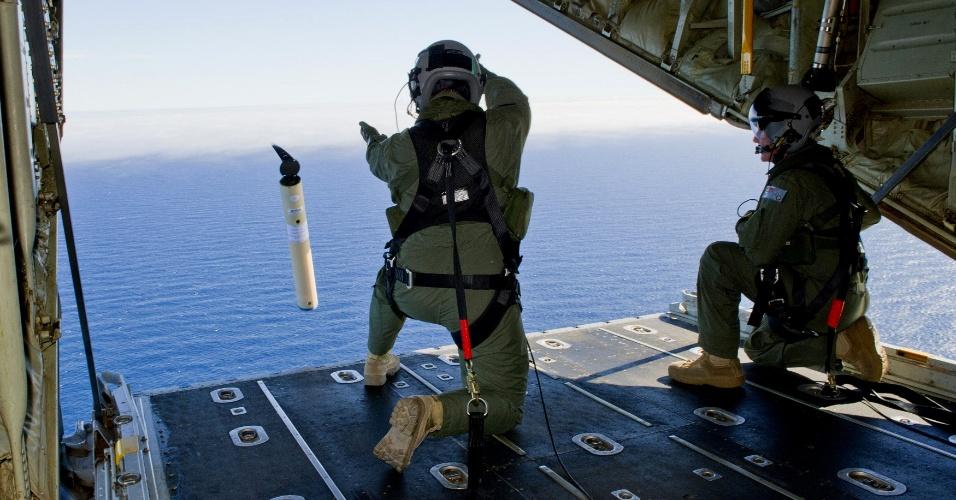 21.mar.2014 - Membros da Força Aérea Australiana lançam localizador de avião sobrevoando o sul do oceano Índico, durante buscas pelo voo 370 da Malaysia Airlines. Forças australianas retomaram hoje a procura por objetos flutuantes, avistados em imagens de satélite, e que podem corresponder a destroços do Boeing 777 desaparecido desde 8 de março