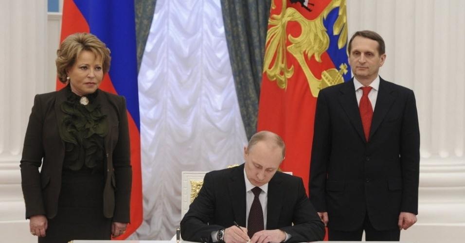 21.mar.2014 - O presidente russo, Vladimir Putin, sancionou nesta sexta-feira (21) a legislação que concluiu o processo de anexação da Crimeia, desafiando os líderes ocidentais que afirmam que a península do mar Negro permanece parte da Ucrânia