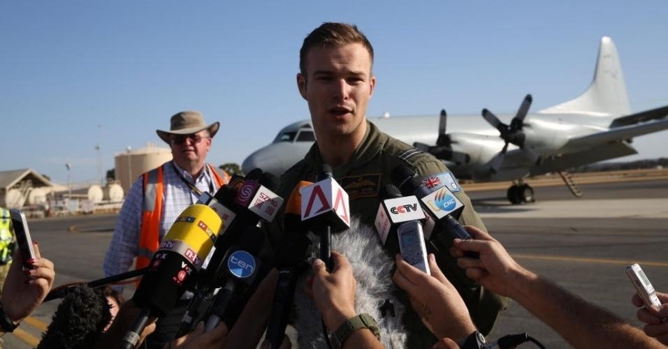 21.mar.2014 - O tenente da Força Aérea australiana Russell Adams, que comandou uma missão de busca do avião da Malaysia Airlines desaparecido em 8 de março, concede entrevista após voltar para a base aérea de Pearce, próximo a Perth