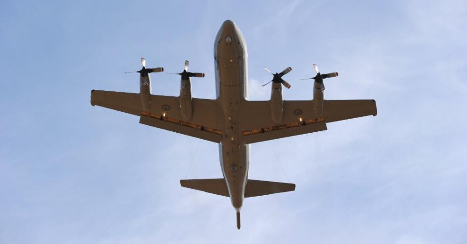 22.mar.2014 - Aeronave decola da base aérea ao norte de Perth, na Austrália, para missão de busca ao avião desaparecido da Malaysia Airlines. A busca agora se concentra em possíveis destroços detectados por satélites no oceano Índico