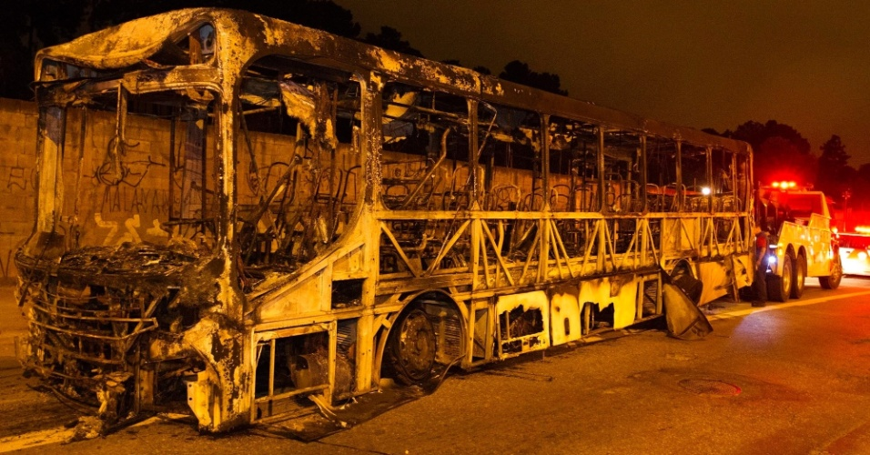 22.mar.2014 - Um ônibus foi incendiado na Avenida Jacu-Pêssego, na zona leste de São Paulo, no final da tarde deste sábado. De acordo com a Polícia Militar, um grupo de pessoas escondendo o rosto interrompeu o trânsito na via por volta das 17h12 e tentou atear fogo em dois ônibus. Policiais militares chegaram ao local e impediram o incêndio no segundo coletivo