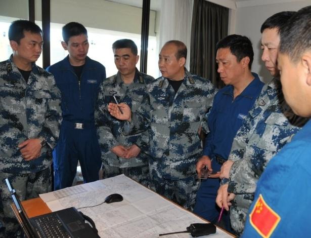 23.mar.2014 - Oficiais de voo da Força Aérea Chinesa falam sobre as buscas ao avião da Malaysia Airlines, desaparecido em 8 de março com 239 ocupantes, entre passageiros e tripulação. Duas aeronaves da Força Aérea Chinesa foram enviadas a Austrália, junto com mais sete barcos, para ajudar nas buscas. Dois terços dos 227 passageiros eram chineses