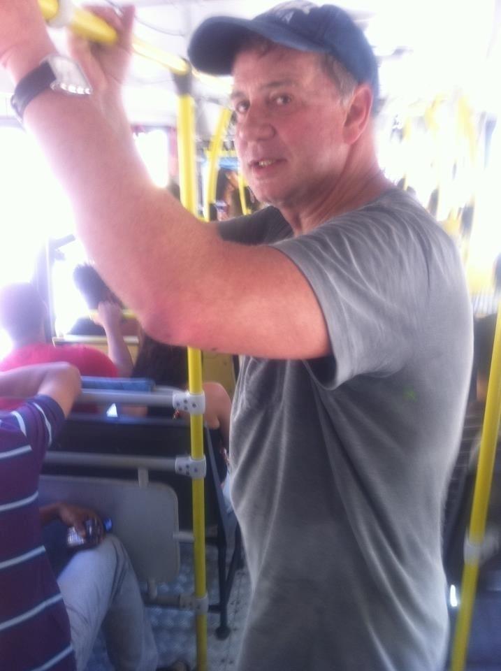 O ator Luiz Fernando Guimarães posta foto durante viagem em ônibus no Rio de Janeiro