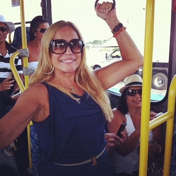 Susana Vieira, durante viagem de ônibus no Rio de Janeiro (RJ)