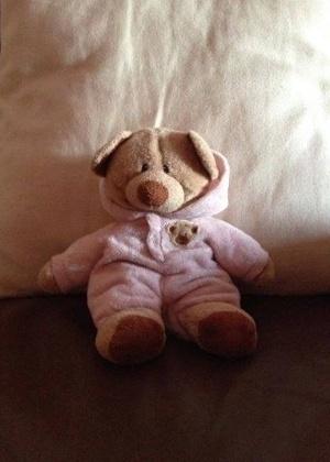 24.mar.2014 - O ursinho de pijama foi encontrado no meio da estrada em frente a um spa, na Inglaterra, Reino Unido