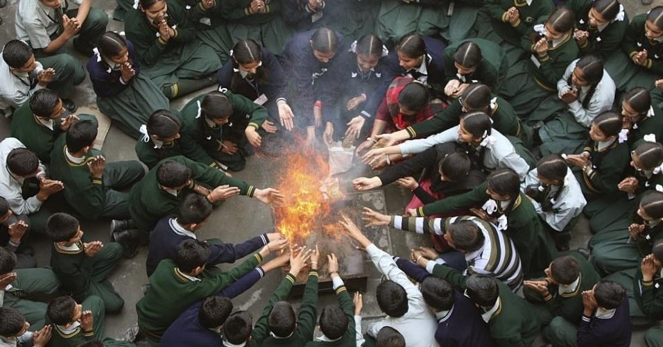 25.mar.2014 - Estudantes participam de oração em homenagem aos passageiros do voo MH370 da Malaysia Airlines, em uma escola de Jammu, na Índia. Nesta segunda-feira (24), autoridades malaias confirmaram a queda do avião no oceano Índico e disseram que não há sobreviventes entre as 239 pessoas a bordo