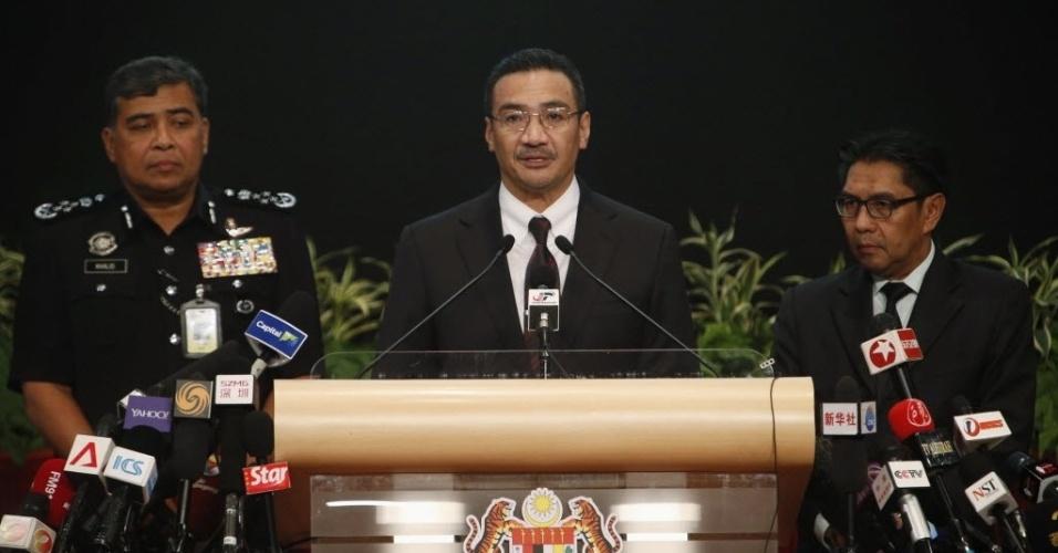 25.mar.2014 - O ministro dos Transportes da Malásia, Hishammuddin Hussein, fala sobre as buscas de destroços do voo MH370 da Malaysia Airlines durante entrevista coletiva em Kuala Lumpur, nesta terça-feira (25). Segundo autoridades do país, dados de satélite confirmaram que o avião caui no sul do oceano Índico