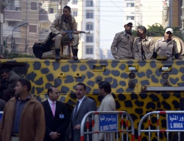 25.mar.2014 - Policiais egípcios se posicionam em frente ao tribunal na cidade de Minya, durante uma sessão do julgamento de cerca de 700 islâmicos acusados de serem rebeldes. O tribunal condenou à morte 529 supostos partidários do presidente deposto Mohamed Mursi, na segunda-feira (24)