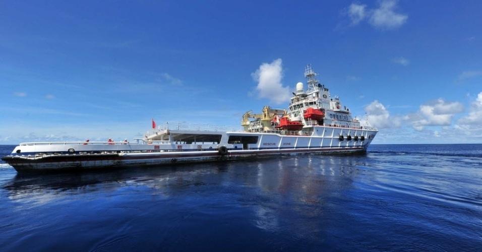 25.mar.2014 - Navio chinês patrulha o oceano Índico, próximo a área onde um satélite australiano avistou itens que podem ser do voo MH370 da Malaysia Airlines