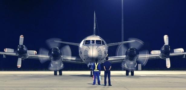 26.mar.2014 - Avião das Força do Japão volta para a base de RAAF em Bullsbrook, depois de continuar a busca por restos ou destroços do avião desaparecido da Malaysia Airlines, no oceano Índico. Seis países se juntaram à busca do avião desaparecido. Acredita-se que a aeronave caiu no sul do oceano Índico