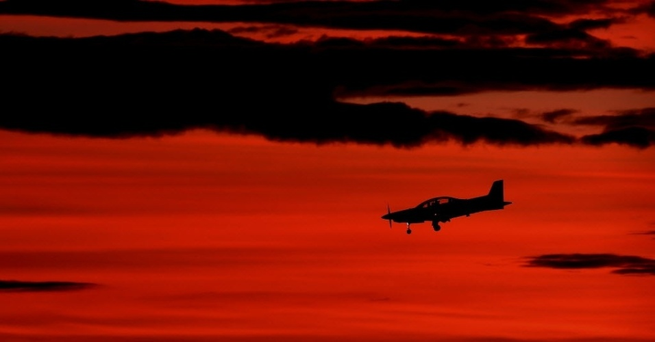 26.mar.2014 - Um avião retorna para a base de RAAF Pearce, em Perth, na Austrália, nesta quarta-feira (26). Seis nações uniram forças para encontra o avião desaparecido da Malaysia Airlines, sendo elas  Austrália, Nova Zelândia, os EUA, o Japão e a Coréia. A operação é uma das maiores de busca marítima na história