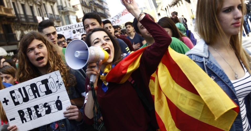 27.mar.2014 - Estudantes protestam nas ruas de Barcelona no segundo dia de greve contra cortes do governo em gastos com educação