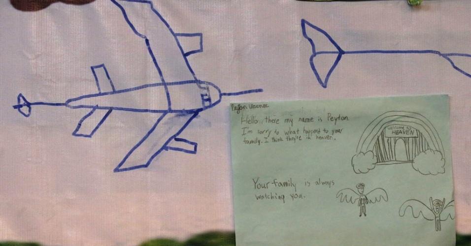 27.mar.2014 - Mensagens dedicadas aos passageiros do voo MH370 são mostradas em painel em sala do hotel Lido, em Pequim (China), onde familiares dos passageiros se reuniram com autoridades da Malásia, nesta quinta-feira (27)