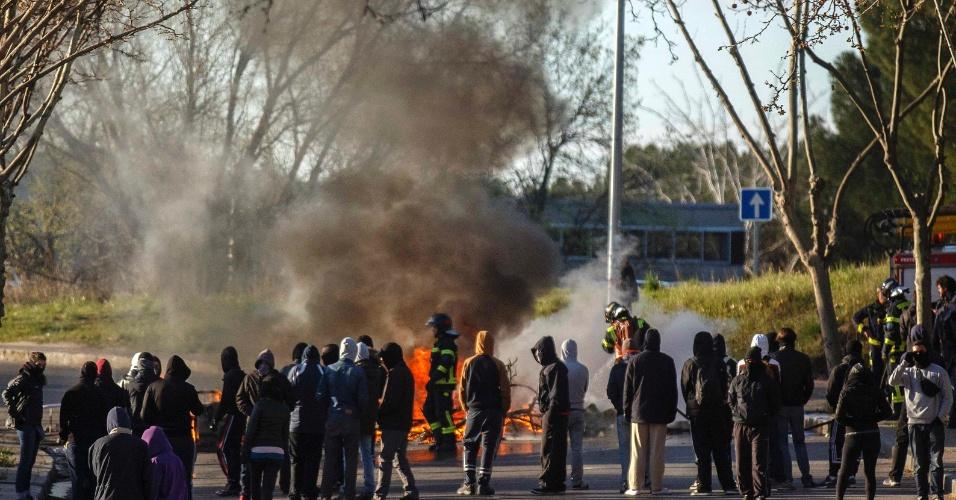 27.mar.2014 - Na Espanha, estudantes fazem barricada na Madrid's Complutense University no segundo dia de greve e protestos contra o aumento de taxas e cortes na educação. A polícia espanhola prendeu mais de 50 manifestantes nessa quarta-feira (26), segundo a imprensa local