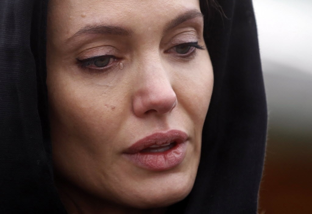 28.mar.2014 - A atriz Angelina Jolie chora ao visitar o Memorial do Genocídio de Srebrenica, em Potocari, na Bósnia-Herzegóvina. Cerca de 8.000 muçulmanos foram mortos por forças sérvias no massacre de Srebrenica, em 1995, durante a guerra da Bósnia