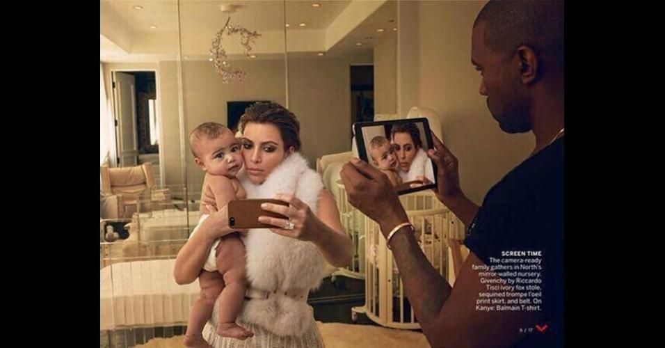 Kim Kardashian e Kanye West foram a capa da revista ''Vogue'' nos Estados Unidos. No editorial, eles posaram para fotos vestidos de noivos -- o filho deles, North, de 9 meses, também participou da sessão. Porém, na foto acima, um erro de Photoshop acabou apagando o reflexo de West do espelho que está atrás da noiva. Além disso, a posição da imagem de Kim e North na tela do tablet não condiz com a realidade: o dedo dela segura o smartphone de forma diferente (mais curvado) na imagem ''tirada'' por West