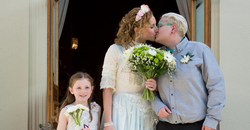 29.mar.2014 - Os primeiros casamentos na Inglaterra e no País de Gales entre pessoas do mesmo sexo começaram a ser realizados assim que passou a vigorar a lei que permite o casamento gay