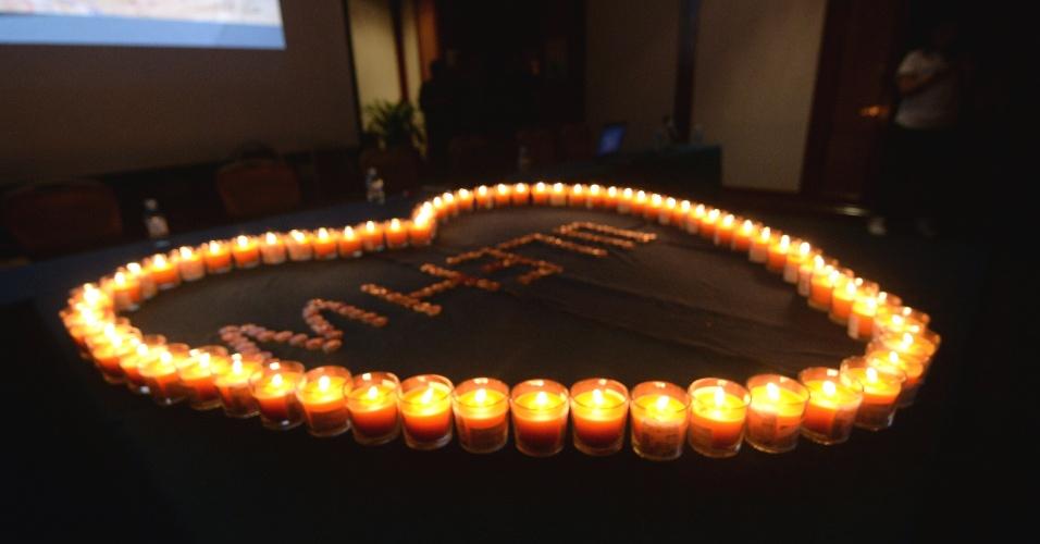 29.mar.2014 - Parentes de passageiros do voo da MH370 Malaysia Airlines rezam por vítimas durante encontro com oficiais malaios em Pequim, China