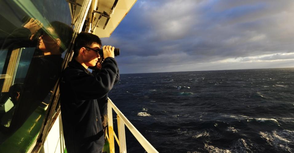 29.mar.2014- 29.mar.2014- Membros da tripulação de um navio quebra-gelo chinês ajudam nas buscas pelo avião do voo MH 370 da  Malaysia Airlines. O navio está no sul do Oceano Índico