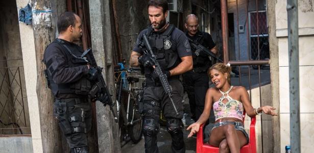 Policiais do Bope inspecionam o Complexo da Maré neste domingo (30)