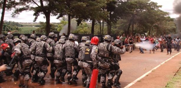 Força Nacional simula confronto com manifestantes em curso para jornalistas no DF