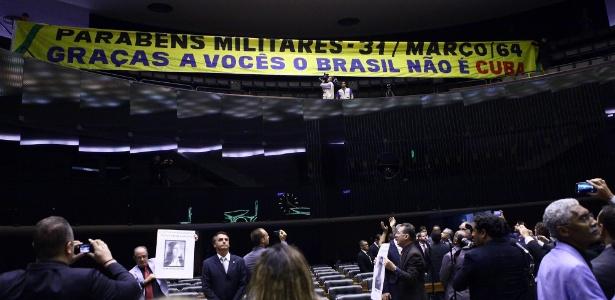 Faixa estendida na Câmara provocou polêmica durante sessão destinada a relembrar o golpe de Estado que deu origem à ditadura militar no Brasil
