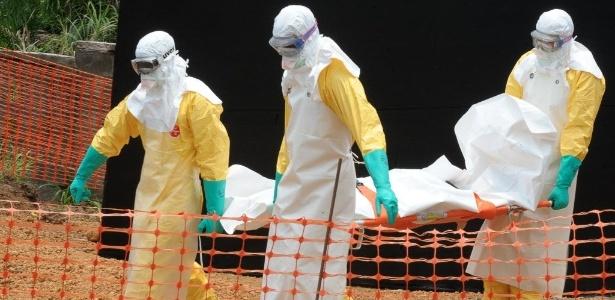 1º.abr.2014 - Membros da organização Médicos Sem Fronteiras carregam corpo de pessoa morta por febre hemorrágica em centro para doentes infectados com o vírus ebola, em Guekedou, em Guiné
