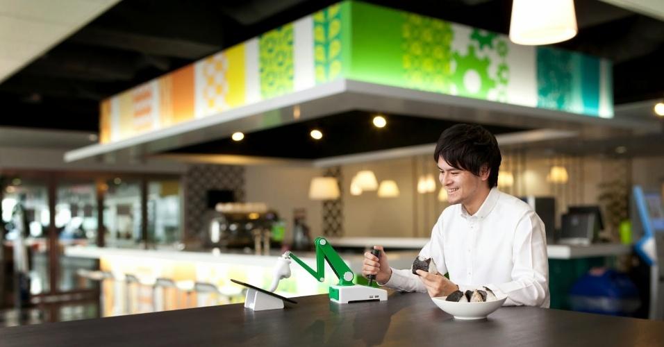 2014 - Outra invenção fantasiosa do Google é uma mãozinha que facilita a digitação em smartphones Android (ideal para quem tem unhas grandes, usa luvas ou não quer sujar a tela do aparelho). A falsa novidade foi apresentada no blog japonês da empresa