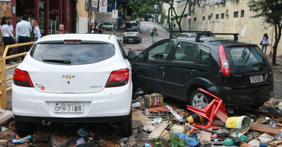 3.abr.2014 - Carros que foram arrastados correnteza após forte chuva que atingiu Belo Horizonte, em Minas Gerais, nesta quinta-feira (3), foram parar na rua Ituiutaba
