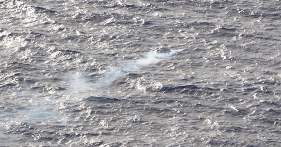 3.abr.2014 - Imagem feita em 1º de abril mostra sinalização de fumaça lançada pela Força Aérea Real da Nova Zelândia para marcar objeto avistado no sul do oceano Índico, durante missão de busca do avião da Malaysia Airlines desaparecido em 8 de março
