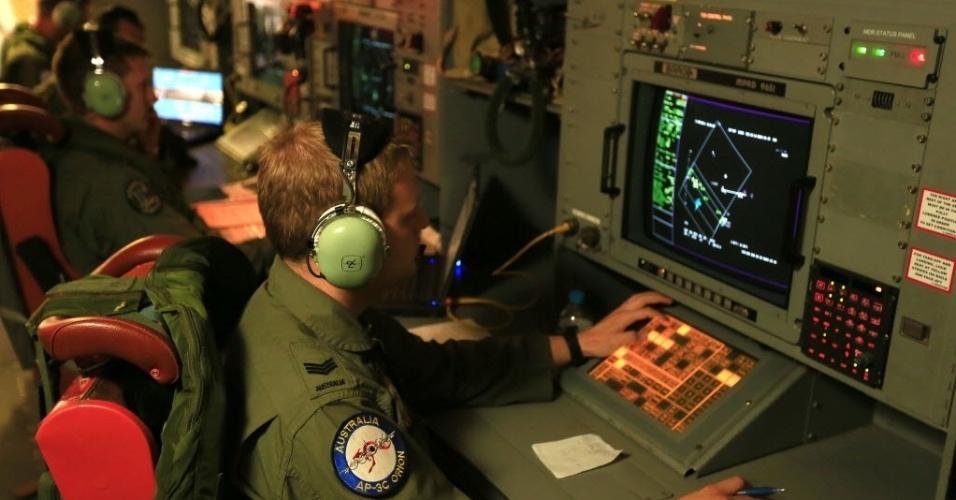 3.abr.2014 - Membros da Força Aérea australiana monitoram busca do voo MH370 durante missão no oceano Índico